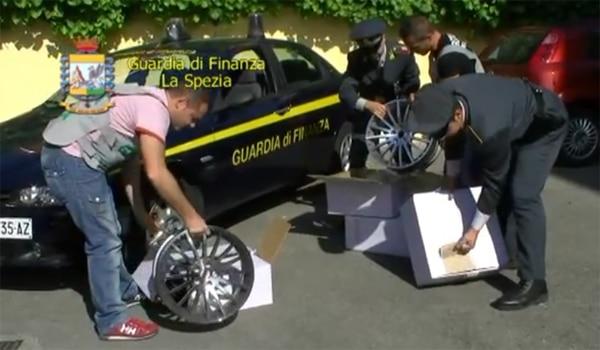 Sequestro cerchi in lega contraffatti a La Spezia: il video della Guardia di Finanza
