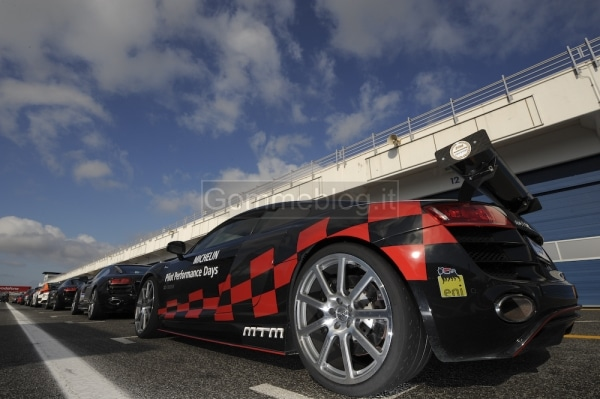 Variare le performance di una vettura con pneumatici maggiorati: in pista su Audi R8 MTM