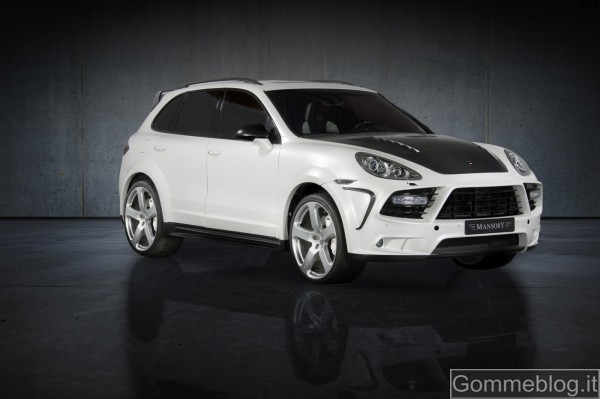 A 300 all'ora sul Mansory Cayenne Turbo S gommato Michelin