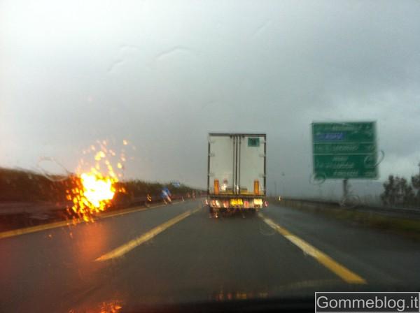 Maltempo: frana investe tir sulla A12. Bloccata l'autostrada 2