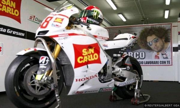 A Valencia Valentino con casco di Simoncelli e Capirossi con il 58 al posto del 65