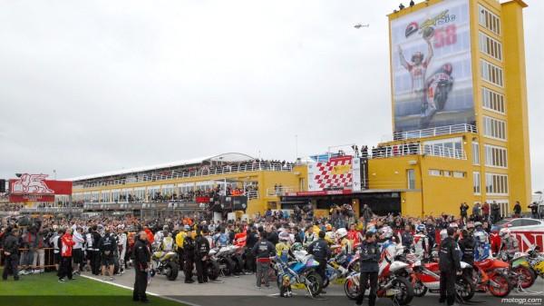 Marco Simoncelli Tributo: Valencia Saluta il Nostro Campione. Schwantz sulla moto 58 1