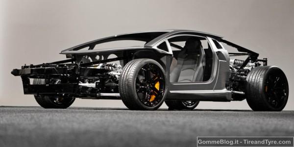 La Lamborghini Aventador LP 700-4 calza solo gomme Pirelli PZero 2