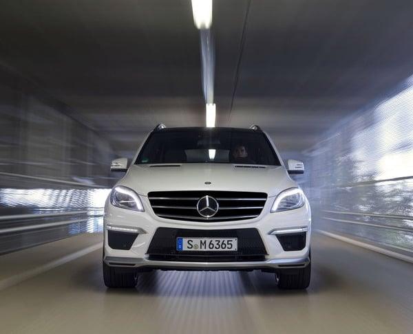 Mercedes ML 63 Amg: come riempiere lo specchietto di molte auto sportive !