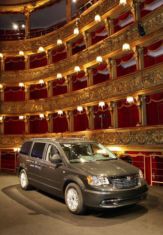 Lancia Voyager Silver e Platinum: anteprima al Salone di Ginevra 2012 2