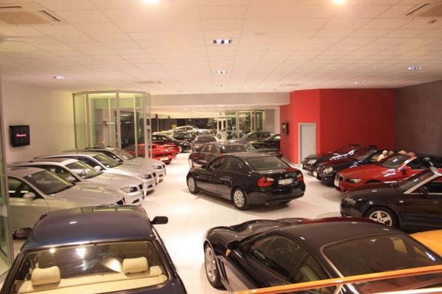 Automobili: meno soldi per comprare l'auto, più spesa per usarla