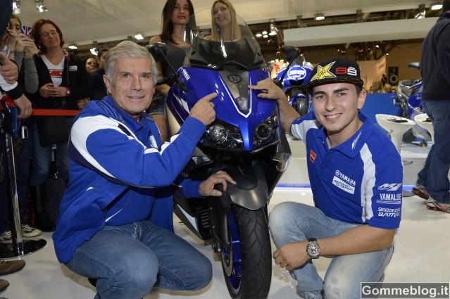 Eicma 2012: bagno di folla allo stand Yamaha per Jorge Lorenzo e Giacomo Agostini 2