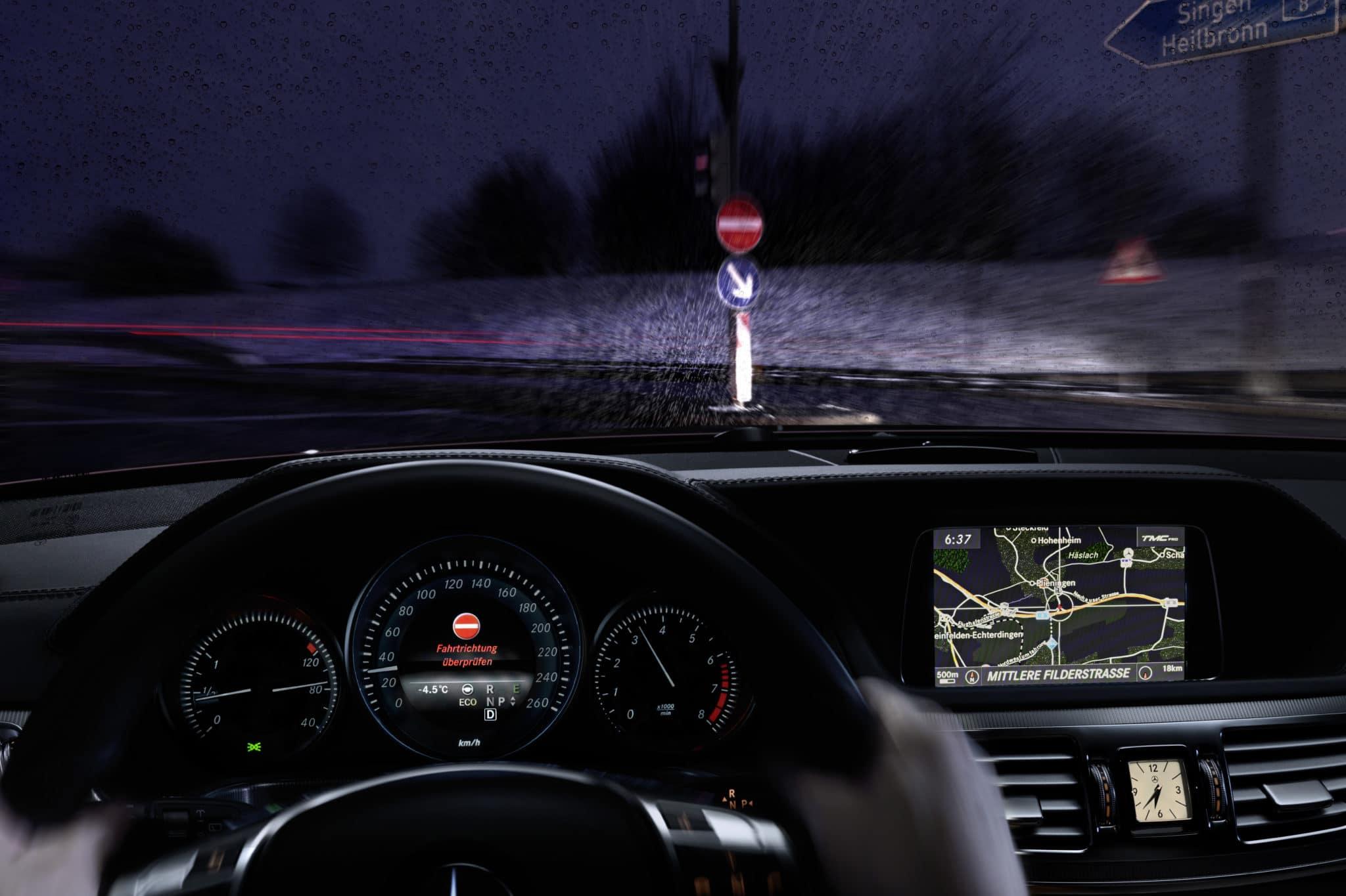 Mercedes-Benz lancia sul mercato il primo sistema di assistenza alla guida che rileva la marcia contromano