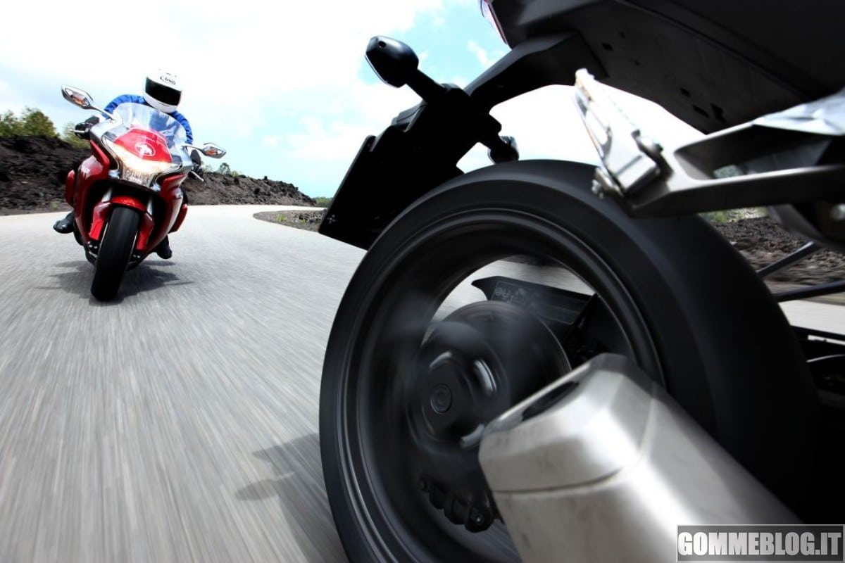 Metzeler Roadtec Z8 Interact: per Motorrad, il miglior Pneumatico Moto Sport Touring 3