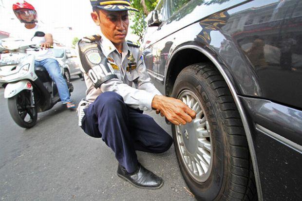 Parcheggi in divieto di sosta? I vigili ti sgonfiano le gomme