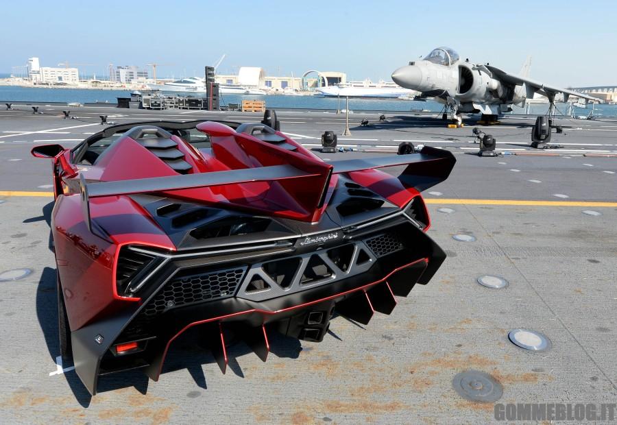 Lamborghini Veneno Roadster: debutto sulla portaerei italiana ad Abu Dhabi