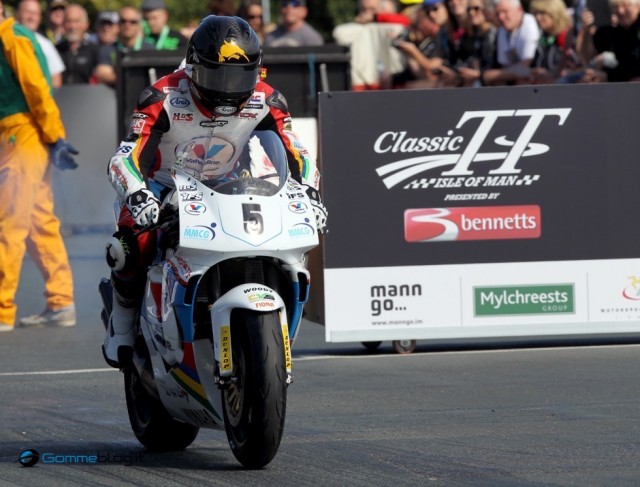 PACEMAKER, BELFAST, 26/8/2014: Bruce Anstey leaves the start line in the Formula One race at the Classic TT today on the Valvoline Padgetts Yamaha YZR500. PICTURE BY STEPHEN DAVISON
