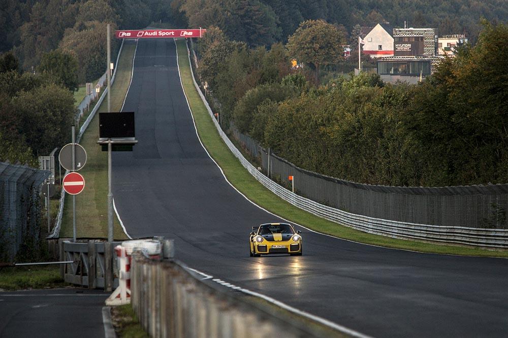 Porsche GT2 RS: Record, al Nurburgring gira in 6 minuti e 47,3 secondi 11