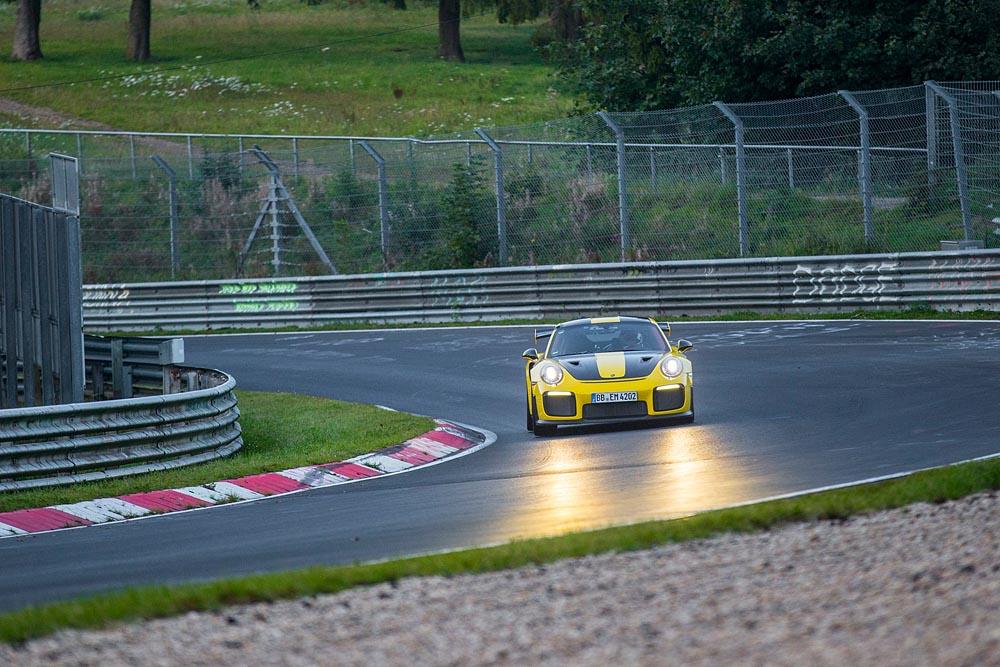 Porsche GT2 RS: Record, al Nurburgring gira in 6 minuti e 47,3 secondi 14