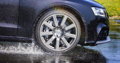Come evitare l'aquaplaning: cosa fare quando si guida sotto lo pioggia
